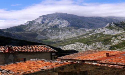 Zdjęcie HISZPANIA / Picos de Europa / Sotres / na dachami