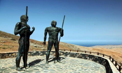 Zdjecie HISZPANIA / Fuerteventura/Wyspy Kanaryjskie / Mirador Guise y Ayose, punkt widokowy przed Betancurią / Pomnik królów Guise i Ayose