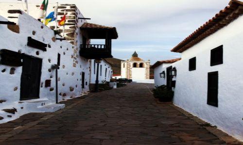 Zdjecie HISZPANIA / Fuerteventura/Wyspy Kanaryjskie / Betancuria / Ulica Juana de Bethencourt