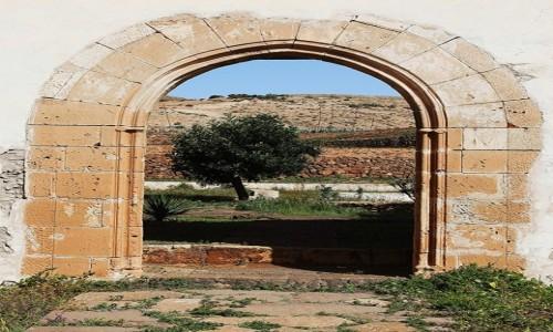 Zdjęcie HISZPANIA / Fuerteventura/Wyspy Kanaryjskie / Betancuria / Drzwi klasztoru z widokiem
