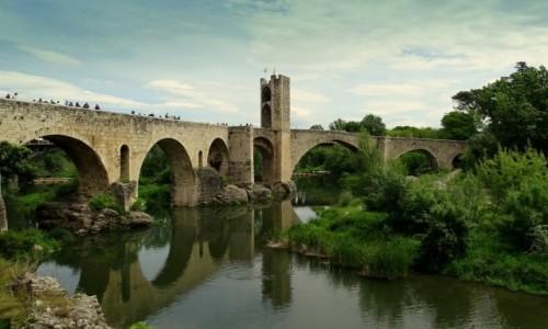 HISZPANIA / Katalonia / Besalu / Obronny most
