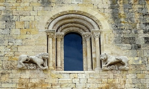 Zdjęcie HISZPANIA / Katalonia / Besalu- Kościół św. Piotra (konsekrowany w 1003 r.) / Okno
