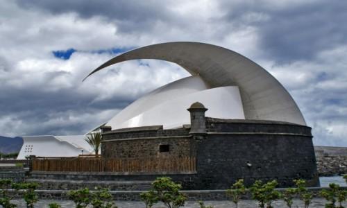 HISZPANIA / Teneryfa / Santa Cruz de Tenerife / Zamek San Juan Bautista na tle Auditorio de Tenerife