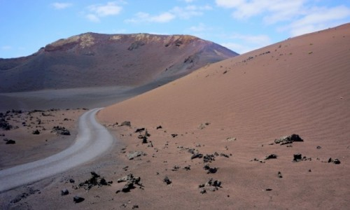 Zdjecie HISZPANIA / Lanzarote / Park Narodowy Timanfaya / przez księżycowy krajobraz...
