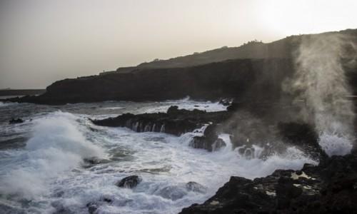 Zdjęcie HISZPANIA / Wyspy Kanaryjskie / La Palma / fale oceanu w Los Cancajos