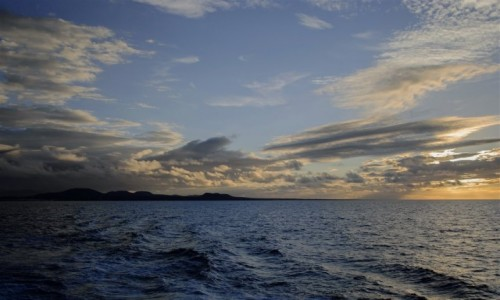 Zdjecie HISZPANIA / Wyspy Kanaryjskie / pomiędzy Fuerteventura a Lanzarote / ląd na horyzonc