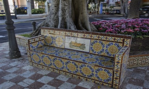 Zdjecie HISZPANIA / Teneryfa / Santa Cruz (Plaza de los Patos) / zapraszamy na ławeczkę