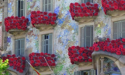 HISZPANIA / Katalonia / Barcelona / Casa Batlló - wystrojona świątecznie