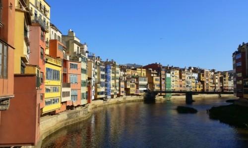 Zdjęcie HISZPANIA / Katalonia / Girona - kolorowe domy nad rzeką Onyar / Pocztówka z Girony, czyli na klasycznie