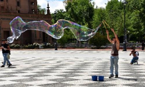 Zdjęcie HISZPANIA / Andaluzja / Sewilla / Sztukmistrz z Placu Hiszpańskiego