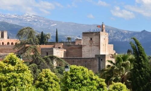 Zdjęcie HISZPANIA / Andaluzja / Grenada / Mury Alhambry na tle szczytów Sierra Nevada