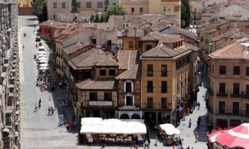Zdjecie HISZPANIA / Castilla y León / Segovia / Kamieniczki przy akwedukcie