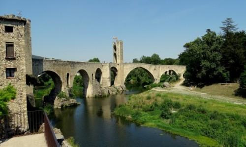 HISZPANIA / Katalonia / Besalu -kamienny most na rzece Fluvia / Popołudnie w Besalu