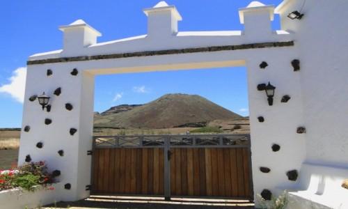 HISZPANIA / Wyspy Kanaryjskie / Lanzarote / Brama z widokiem na wulkan.