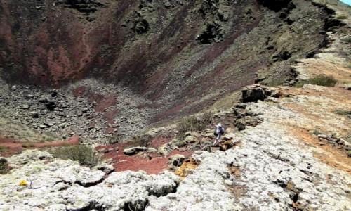 HISZPANIA / Wyspy Kanaryjskie / Lanzarote / Na krawędzi krateru.