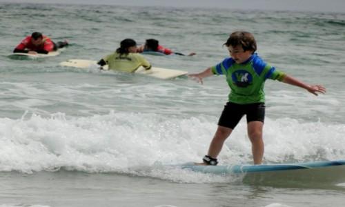 HISZPANIA / Wyspy Kanaryjskie / Lanzarote - plaża Famara / Surferskie igraszki.