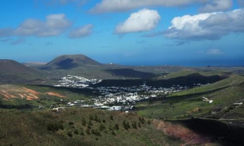Zdjęcie HISZPANIA / Wyspy Kanaryjskie / Lanzarote / Widok na miasteczko Haria (dolinę tysiąca palm)