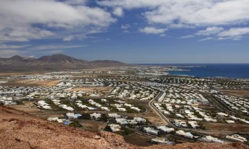 Zdjecie HISZPANIA / Lanzarote - Wyspy Kanaryjskie / Playa Blanca / widok na miasteczko z Montana Roja