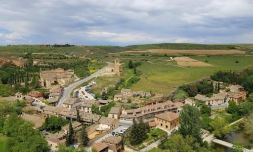 Zdjecie HISZPANIA / Kastylia i León / Segovia-widok z Alcazaru / Z romańskim kościółkiem w tle