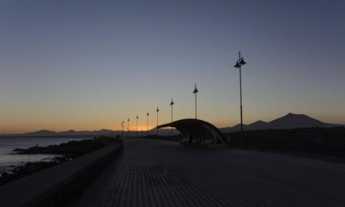 Zdjecie HISZPANIA / Wyspy Kanaryjskie - Lanzarote / pomiędzy Arrecife a Puerto del Carmen / wieczór na Paseo de los Cactus