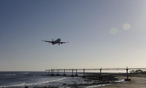 HISZPANIA / Wyspy Kanaryjskie / Lanzarote, lotnisko w Arrecife / lądowanie na wulkanie