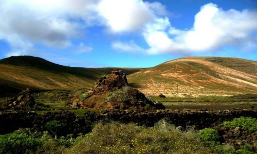 Zdjecie HISZPANIA / Lanzarote / Lanzarote / zielone wzgorza1