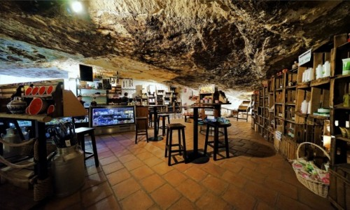 Zdjecie HISZPANIA / Andaluzja / Setenil de Las Bodegas / Restauracja i sklepik z pamiątkami w jaskini