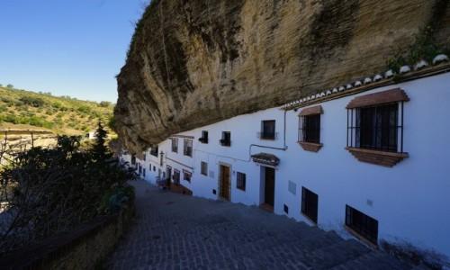 HISZPANIA / Andaluzja / Setenil de Las Bodegas / Pod skałą