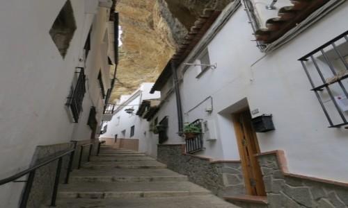 Zdjecie HISZPANIA / Andalusia / Setenil de las Bodegas / Uliczka w skale