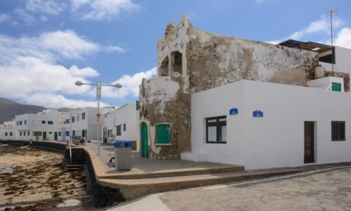 Zdjecie HISZPANIA / Wyspy Kanaryjskie - Lanzarote / Caleta de Famara / białe domy na Lanzarote
