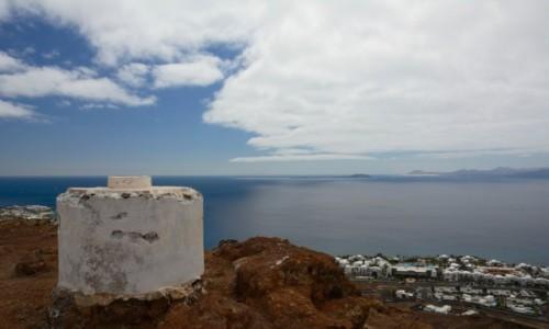 Zdjecie HISZPANIA / Wyspy Kanaryjskie / Lanzarote / znak geodezyjny na wulkanie Montana Roja