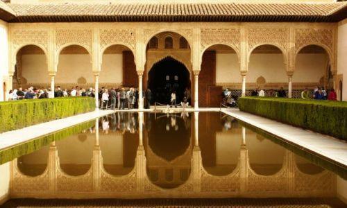 Zdjecie HISZPANIA / Andaluzja / Granada/Alhambra / Zatłumiony dziedziniec