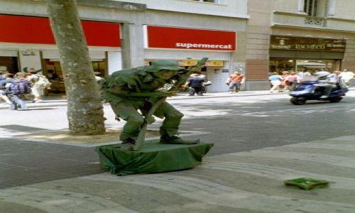 Zdjecie HISZPANIA / Barcelona / La Rambla / zielony ludek