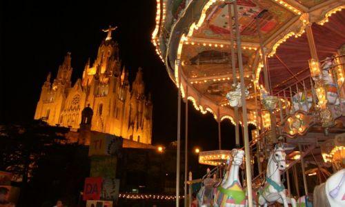Zdjecie HISZPANIA / Barcelona / Tibidabo / Kontrasty, kościół Najświętszego Serca sąsiaduje z jednym z najstarszych parków rozrywki z wesołym m