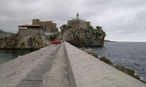 Zdjecie HISZPANIA / - / Castro Urdiales / Gotycki kościół obok latarni morskiej