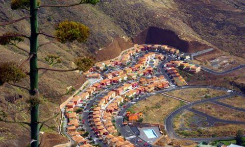 Zdjęcie HISZPANIA / Wyspy Kanaryjskie, La Palma / Santa Cruz de La Palma / Osiedle w skale.