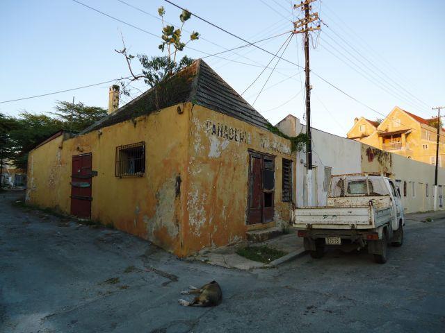 Zdjęcia: Willemstad, Antyle Holenderskie / Curacao, Domki, trochę gorzej zachowane, HOLANDIA