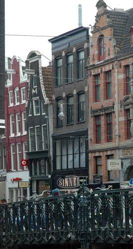 Zdjęcia: amsterdam, w holandii wszystko się kiwa- nawet domy, HOLANDIA