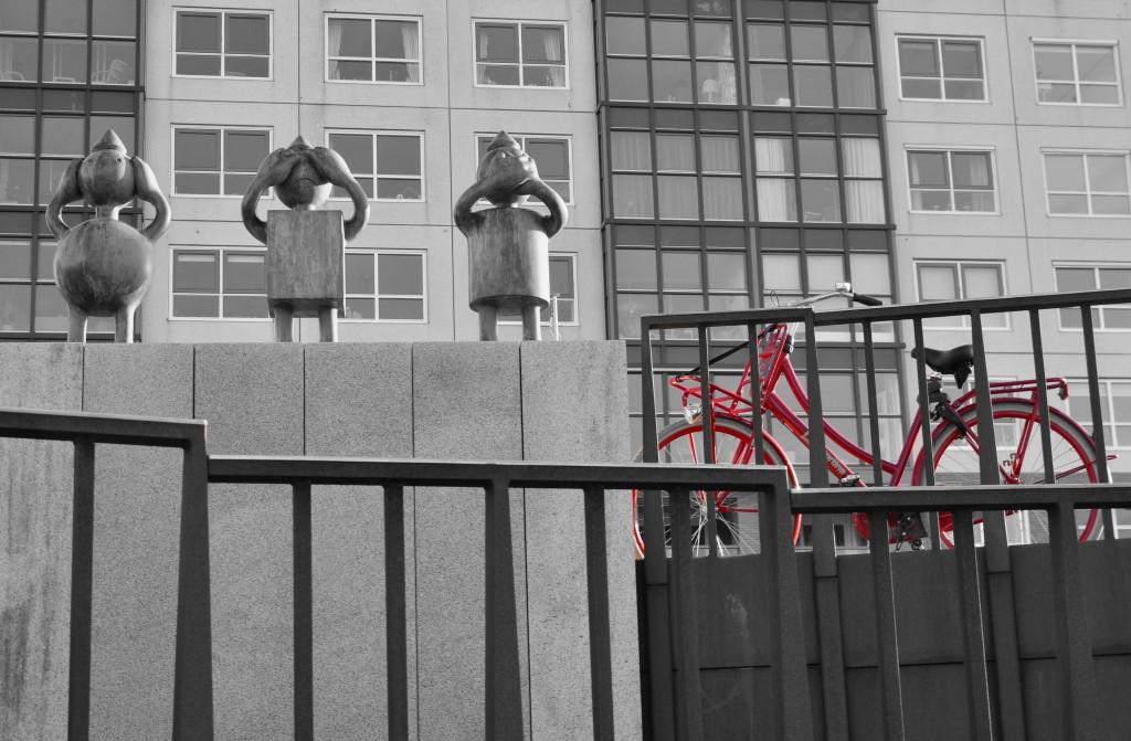 Zdjęcia: Haga, Holandia Południowa, Trzy mądre małpy w wersji holenderskiej + rower, HOLANDIA