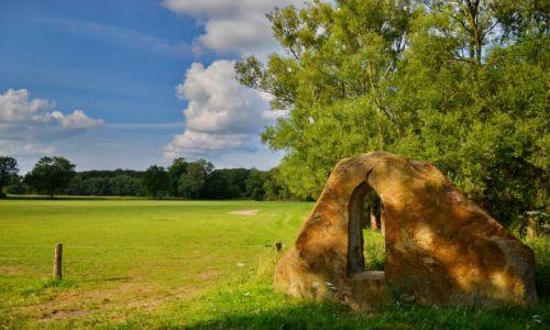 Zdjęcie HOLANDIA / Overijssel / Losser / Skała na skraju łąki