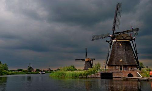 HOLANDIA / zuid holland / Kinderdijk / Młyn wśród spokojnej, wieczornej ciszy