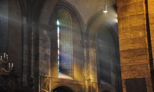 HOLANDIA / Limburgia / Maastricht / Onze-Lieve_Vrouwebasiliek wewnątrz-gra świateł