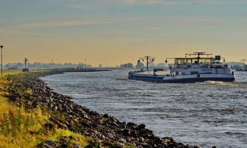 Zdjęcie HOLANDIA / Geldria / Ochten / Statek na rzece Waal