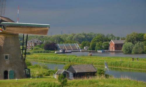 Zdjecie HOLANDIA / Zuid Holland / Kinderdijk / Widok na młyn i okolicę