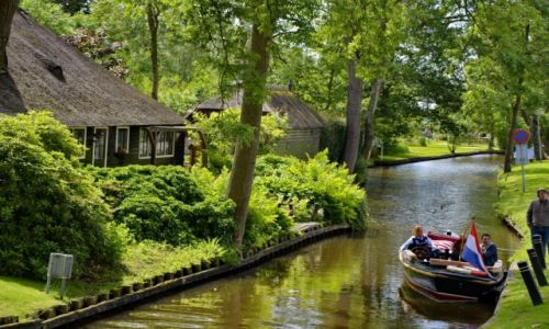 Zdjecie HOLANDIA / Overijssel / Giethoorn / Łódka na kanale