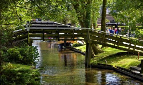 Zdjęcie HOLANDIA / Overijssel / Giethoorn / Mosty nad kanałem