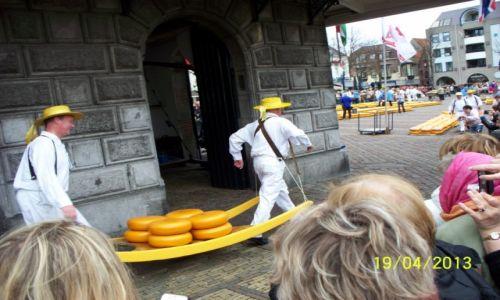 Zdjęcie HOLANDIA / - / Alkmaar / Wynoszenie kręgów serowych z wagi miejskiej