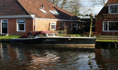 Zdjęcie HOLANDIA / Fryzja / Leeuwarden / parkuje przed domem
