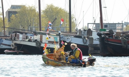 HOLANDIA / Amsterdam / Amsterdam / Nie tylko barki pływają kanałami Amsterdamu