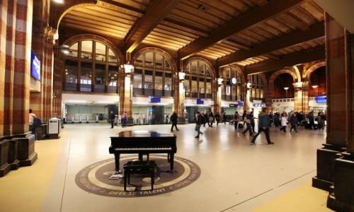 Zdjęcie HOLANDIA / Amsterdam / Dworzec kolejowy / Zagraj, jeśli potrafisz...